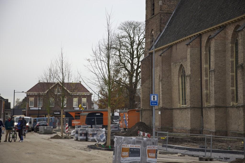 Half november is begonnen met het planten van de winterlindes in het centrum van Vorden. Hier naast de kerk stonden eerst kastanjebomen. Op de achtergrond staat één van de kastanjebomen die gespaard bleven (foto: Hans Thijssen).