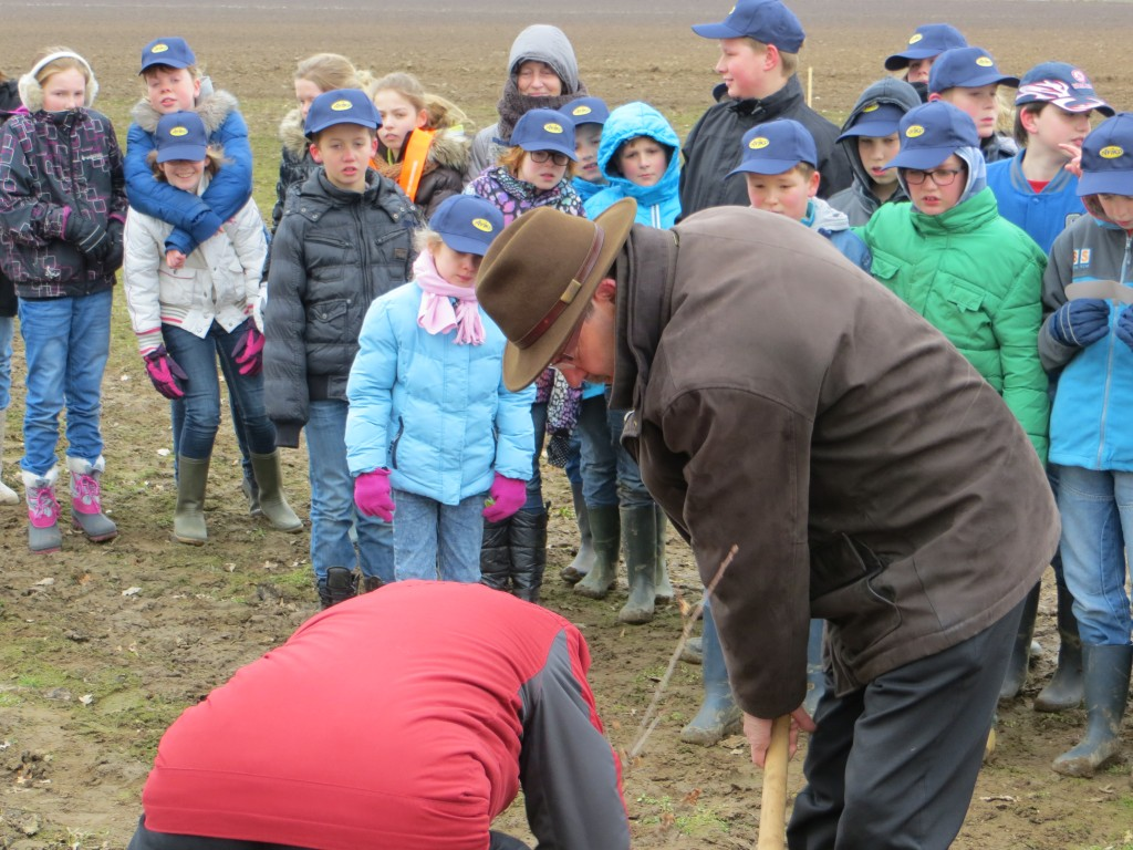 Wethouder Seesing hielp tijdens Boomfeestdag 2013 een handje in de omgeving van Aviko in Steenderen.