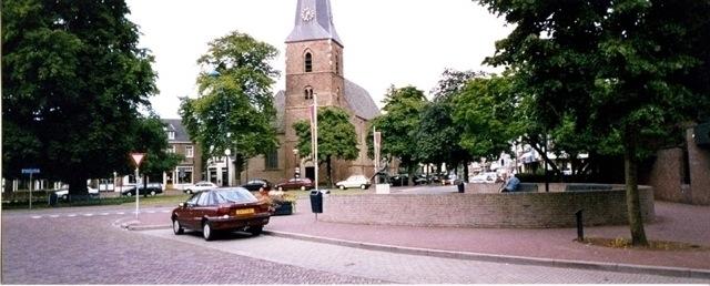 Veel groen rond de Nederlands Hervormde kerk aan de Dorpsstraat in 1999 (foto: archief Oud Vorden)