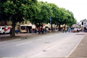 De Dorpsstraat in Vorden tijdens Koninginnedag 1998 (foto: archief Oud Vorden)