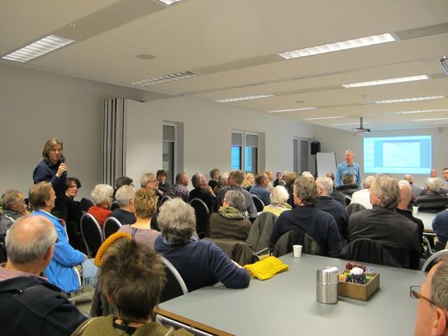 Veel belangstelling en zorgen bij bewoners van Hengelo en vertegenwoordigers van Vereniging Bomenbelang, Bomenstichting Achterhoek en de landelijke Bomenstichting tijdens de informatiebijeenkomst van de gemeente Bronckhorst, waarin zij haar plannen kenbaar maakte om de laan met 37 thuja's mogelijk op te offeren voor een aantal parkeerplaatsen.