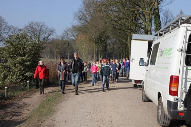 De hoogste klassen van basisschool Het Hoge uit Vorden trokken op woensdag 12 maart naar de Bekmansdijk om daar enkele honderen stuks bosplantsoen te planten (foto's: Hans Thijssen).