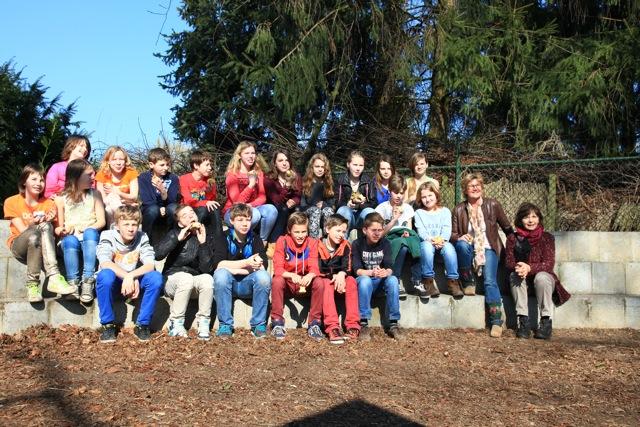 De 20 leerlingen van groep 8 van de Dorpsschool in Vorden planten een haag achter de school en maakten hun eigen terrein daarmee wat groener (foto's: Hans Thijssen).