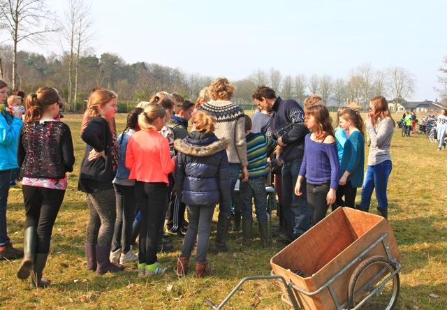 """Wethouder Seesing wees de kinderen erop dat ze boompjes planten voor de toekomst (""""voor jullie kinderen"""") (foto: Hans Thijssen, Vereniging Bomenbelang)"""