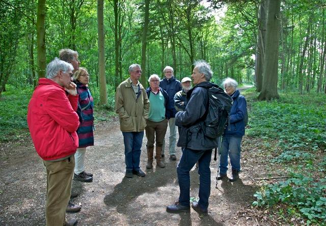 Jeroen Philippona van Bomenstichting Zutphen e.o. leidt een excursie in de omgeving van Hummelo met de boominspecteurs van Vereniging Bomenbelang Bronckhorst (foto: Hans Thijssen).