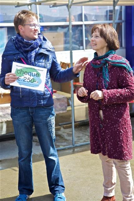 Mariska Piek (l.) van Piek Zweverink Hoveniers en Maria Haanappel van Vereniging Bomenbelang Bronckhorst namen de sponsorcheque van 250 euro voor het Boomfeestdagcomité in ontvangst tijdens de meimarkt bij 'De Werf' (foto: Hans Thijssen).