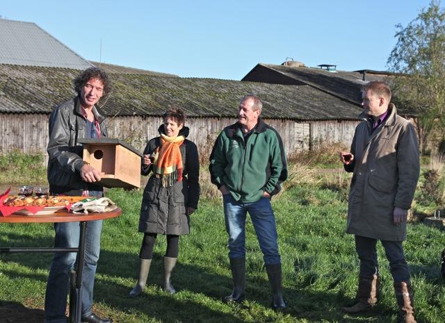 De eigenaar van de eerste boom Frans Hilderink ontving van 't Onderholt, Vereniging Bomenbelang Bronckhorst en 'Natuur op Bekveld' een steenuilenkast (foto: Hans Thijssen).